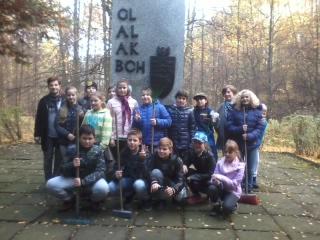 uczniowie pod pomnikiem