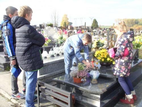 zapalenie zniczy na cmentarzu