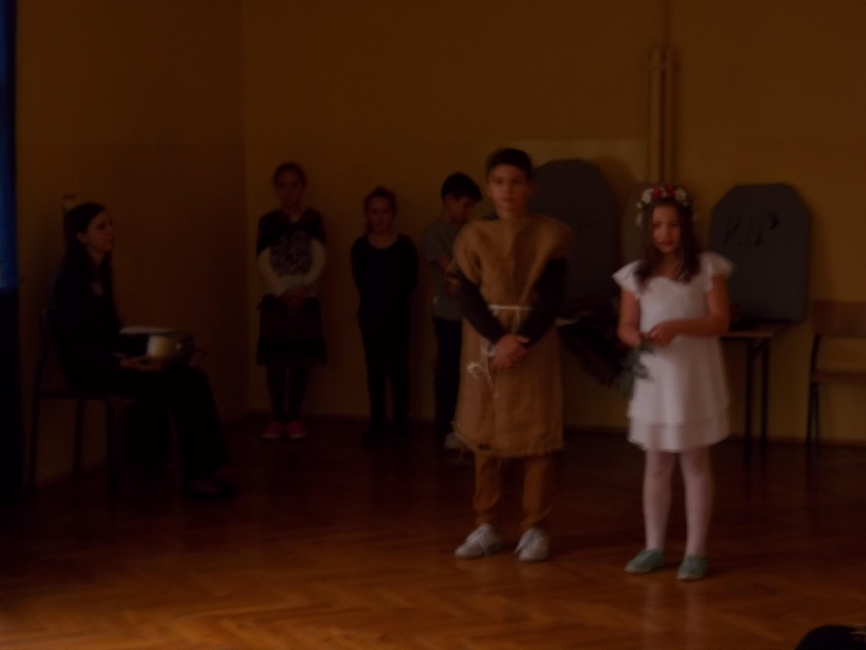 Guślarz i Dziewczyna na scenie