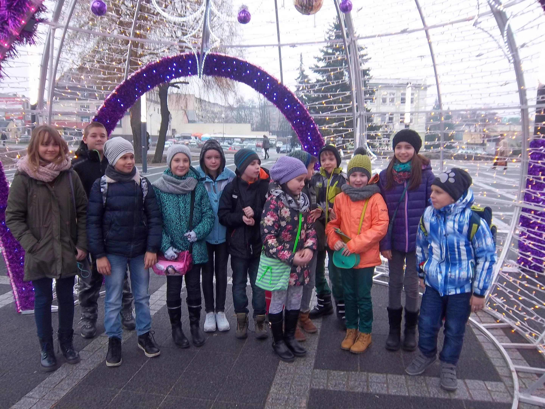 """Uczniowie przed galerią """"Galena"""""""