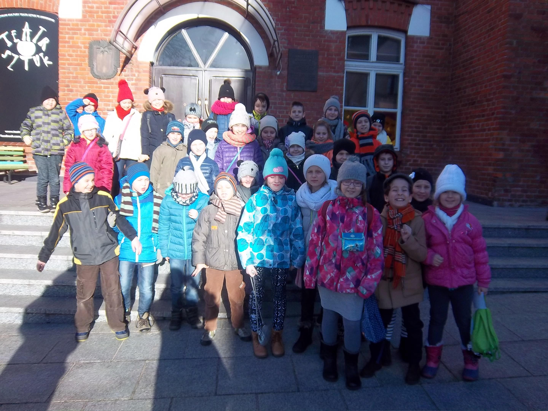 Uczniowie przed Teatrem Sztuk