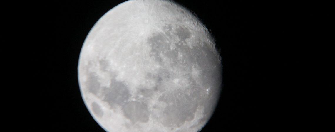 Księżyc w naszym telesKsiężyc w naszym teleskopiekopie