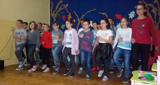 Występ wokalny uczniów klas starszych