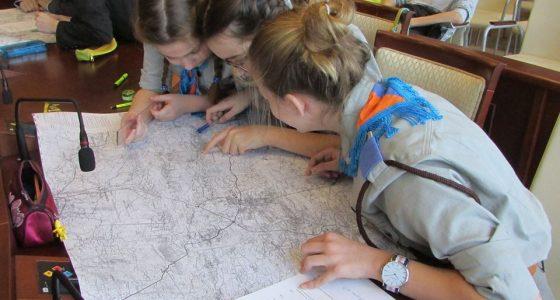 Iga, Nadia i Zosia rozgryzają mapę