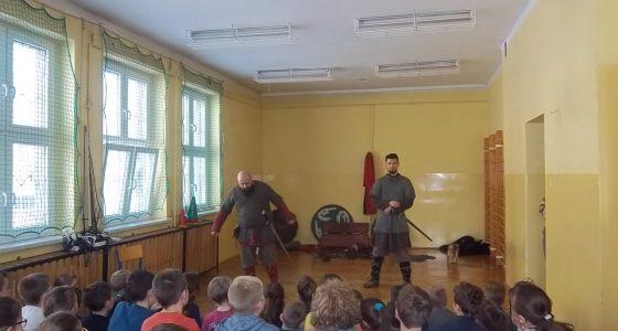 Średniowieczni wojowie w pełnej krasie