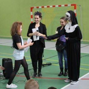 Nadia z klasy 6 odbiera nagrodę