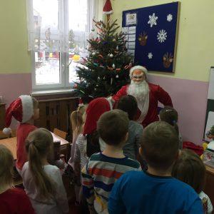 Przedszkolacy śpiewają piosenkę dla Mikołaja