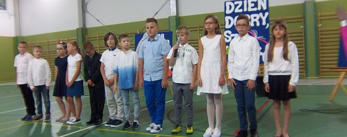 Uczniowie recytują wiersze