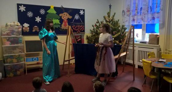 Biblioteka szkolna wystawia teatrzyk kukiełkowy